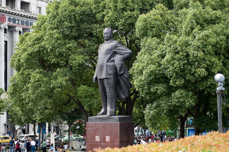 中国の政治家「陳毅」の像がある。待ち合わせなどに使われているのか、下方にはたくさんの人が集まっていた