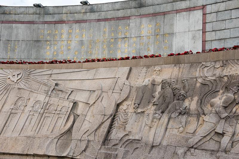 塔の裏の壁には戦争の様子などが彫られている
