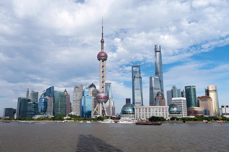 上海人民英雄記念塔から見る浦東の高層ビル群。東方明珠電視塔が中央近くにくる