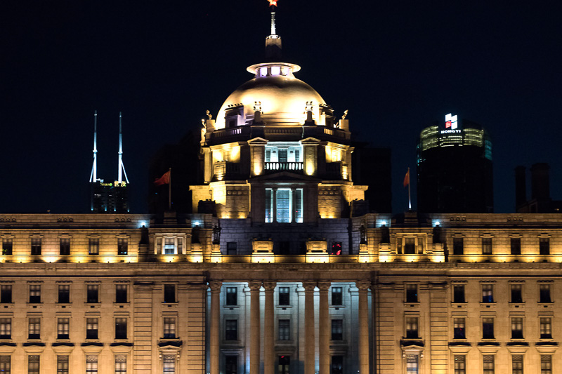 旧香港上海銀行ビルは夜も荘厳な雰囲気を醸し出している。いま一つうまく撮れず残念