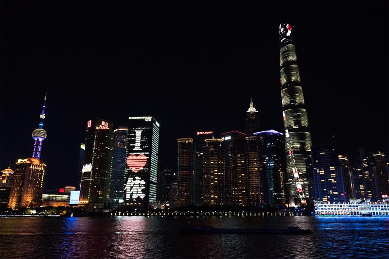 上海タワー(右の一番高いビル)も凝ったイルミネーションで楽しませてくれる