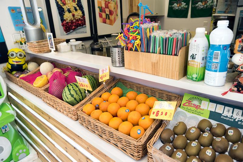 店内は明るく、たくさんフルーツが並んでいて何でもジュースにしてくれる。ミックスも可能