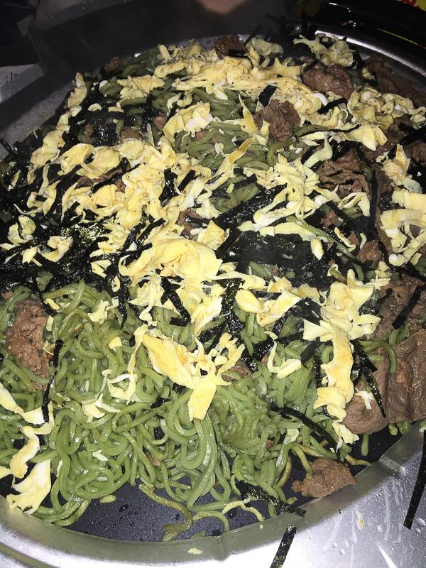 温かい茶そばを、熱した瓦に乗せて錦糸卵、肉、海苔などの具材とともに。麺がぱりっとして美味しい! やみつきになります
