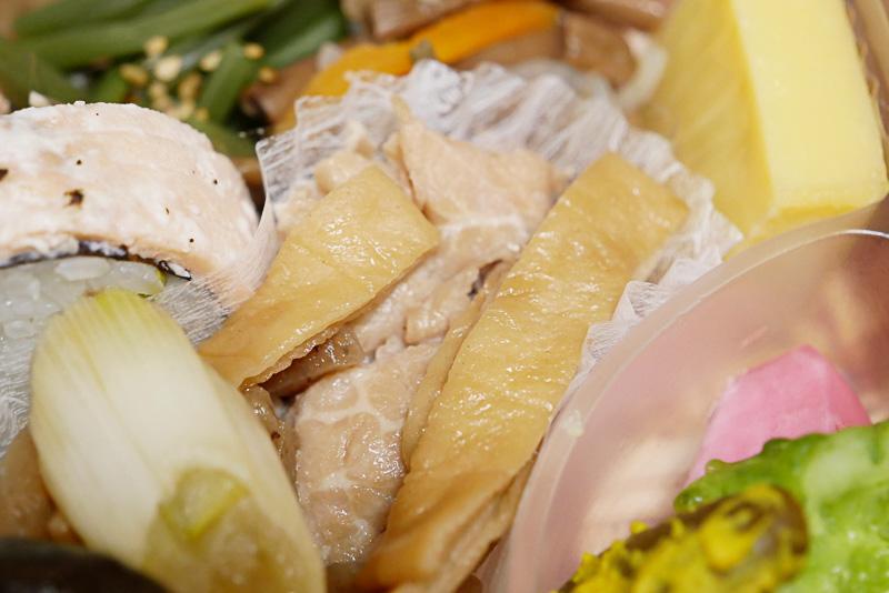 ブランド豚「庄内豚」のすき焼き風。甘みが強く柔らかい庄内豚と、とろとろに煮込まれた板状のお麩「庄内麩」は、どちらもたまらない美味しさ