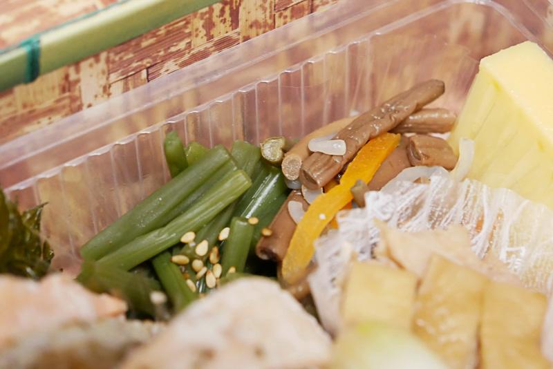 山菜のお浸しやぜんまいの煮付け、伝統野菜の辛子漬けなどは、素朴な味わいで主役を一層引き立ててくれる
