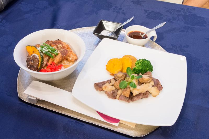 平子氏と翁長氏が試食した「もとぶ牛ロースステーキ 浜比嘉島大粒塩とともに」と「アグー豚もろみ丼」