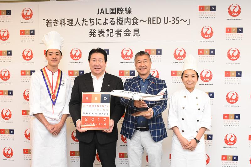 JALは日本発の中~長距離路線プレミアムエコノミークラスとエコノミークラスで、若手料理人による機内食を提供する