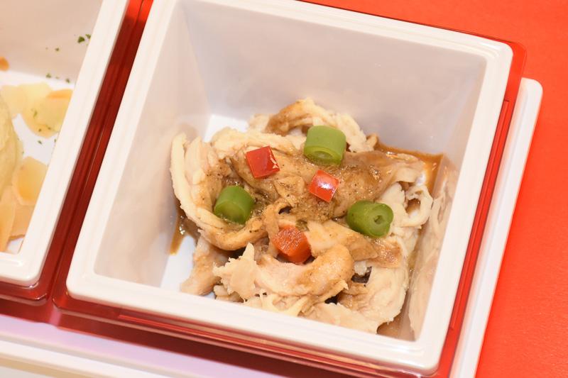 サイドディッシュの1つ、「よだれ鶏」はピリッとした味わいで、器の底に敷かれているきくらげの食感もよい