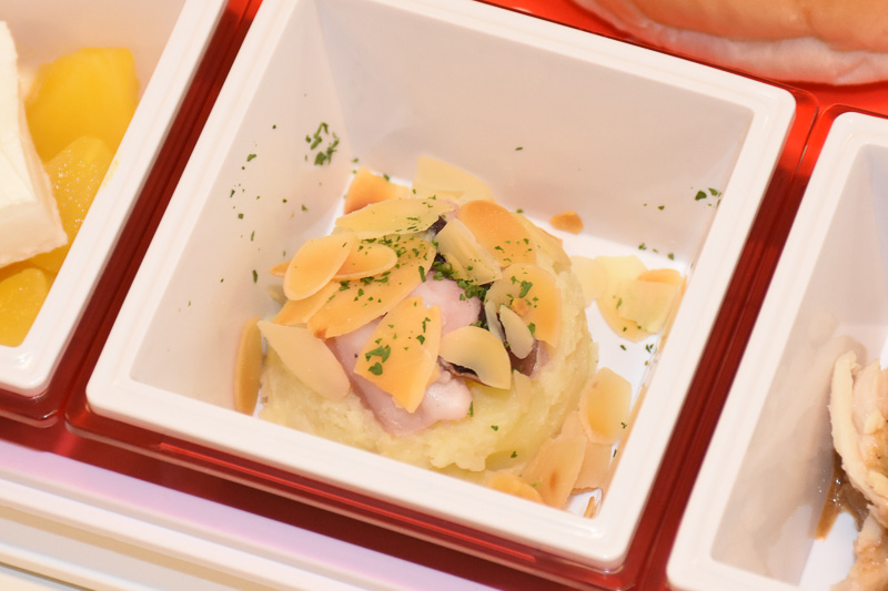 「タコポテトサラダ バーニャカウダーソース」は口の中で香りが広がる。アーモンドスライスもよいアクセント
