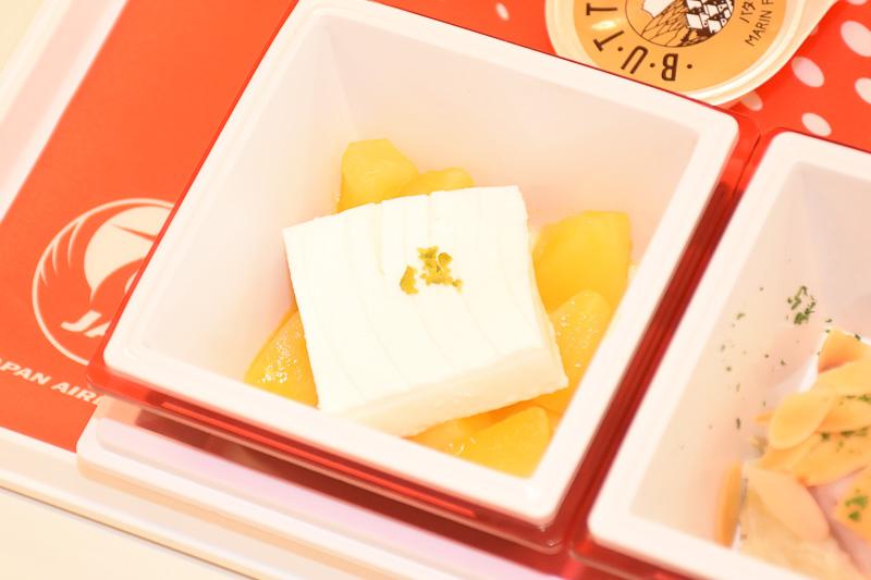 「ココナッツのブラマンジェと南国風リンゴのコンポート」は爽やかな甘み。リンゴの酸味がたまらないデザート