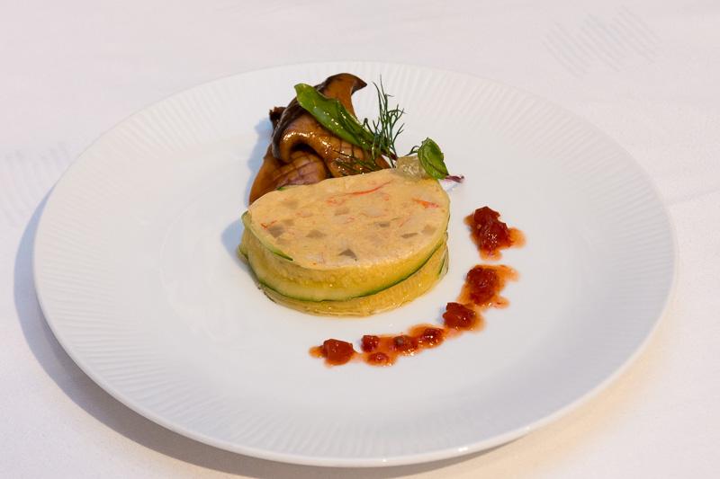 ずわい蟹と菊芋のガトー仕立て 岩手県産ドライトマトのヴィネグレット キャビアとともに