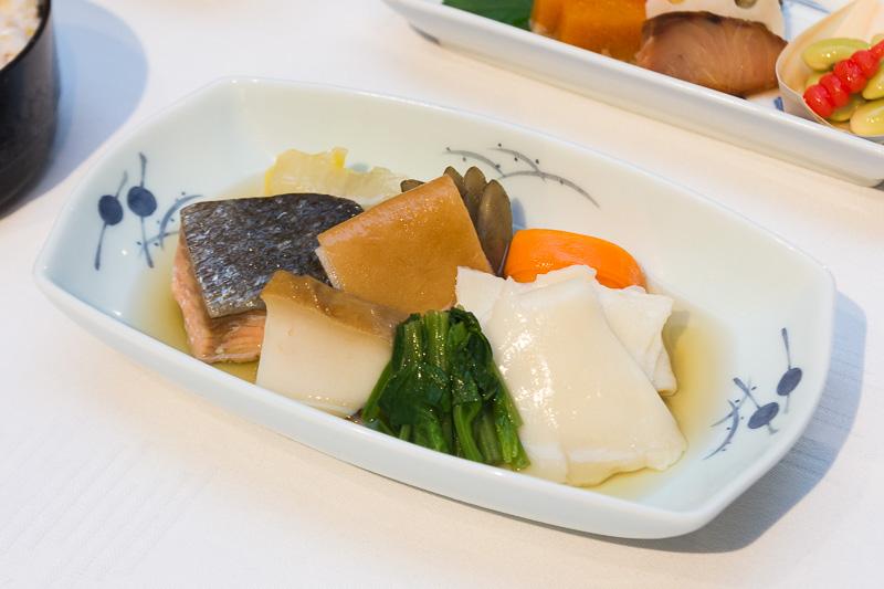 郷土料理 岩手。写真下は岩手県の郷土料理である「ひっつみ汁」をベースに鍋仕立てにした主菜