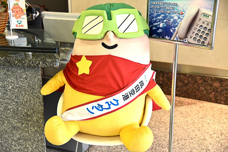 受付付近では、常にやる気満々の熱いハートを持つ成田空港のマスコットキャラクター「クウタン」と同社社員らがお出迎え