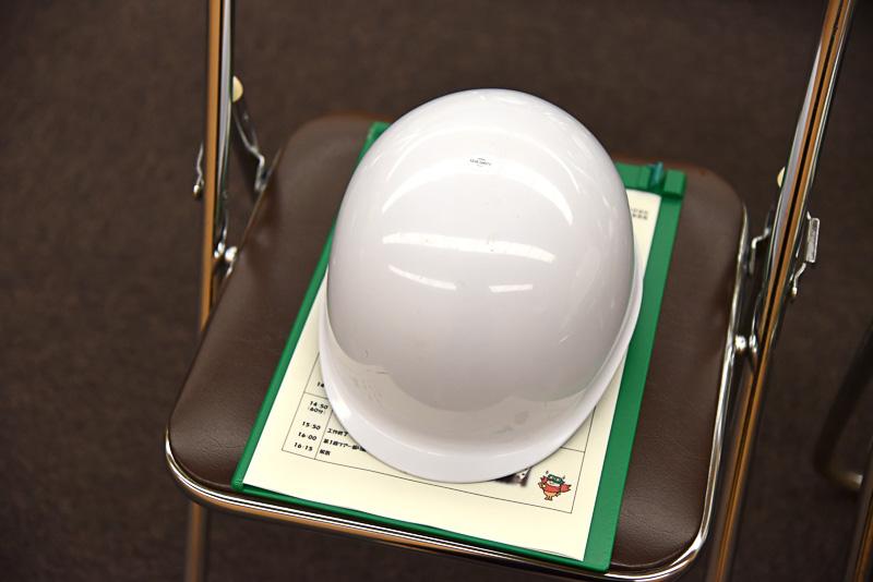 席にはヘルメットとエコツアーのスケジュールが用意されていた