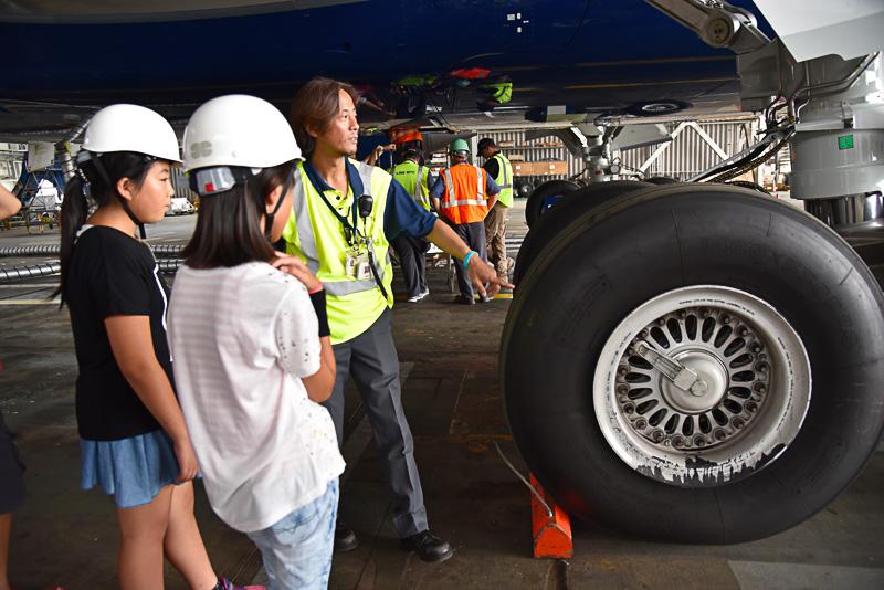 1つ2500kgほどする巨大なタイヤとブレーキについても学習。どのタイミングでブレーキがかかるのか。格納場所、そして温度も常時チェックしていることなども学んだ