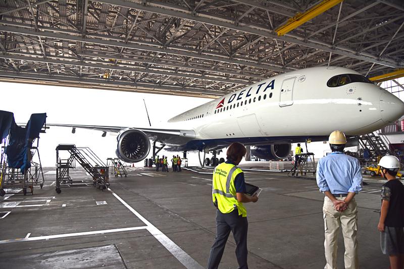 目の前に現われたデルタ航空のエアバス A350-900型機にメンバー全員が感動