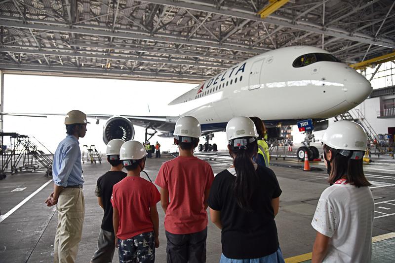 「デルタ・テックオプス」の渡邊氏によるエアバス A350-900型機についての説明を真剣に聞くメンバー