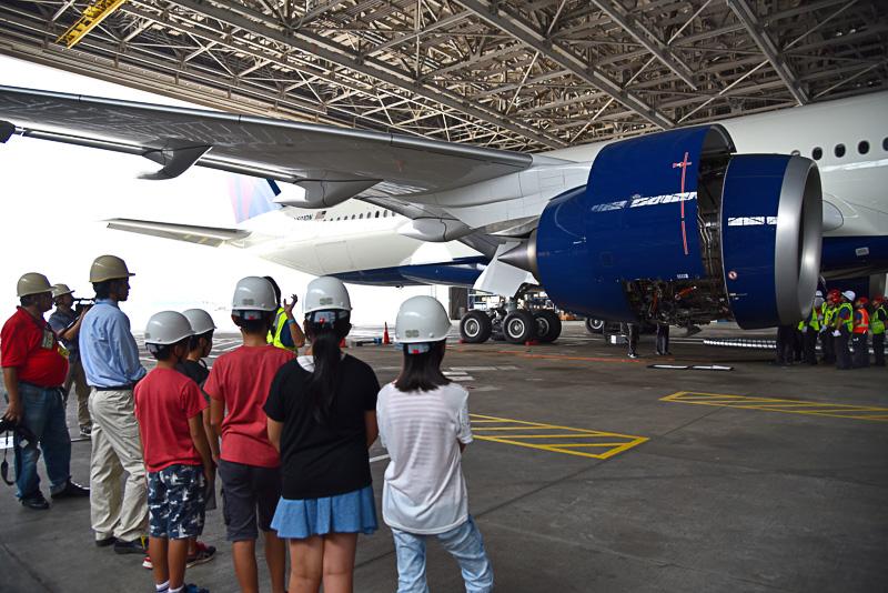 格納庫にはデルタ航空の最新機材エアバス A350-900型機の初号機の姿があり、OJTの真っ最中。エンジン部分が開く瞬間も目撃できた