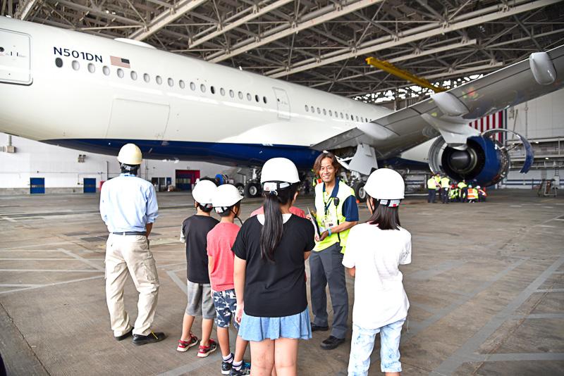 ウィングレットが空気抵抗を減らし燃費を向上させることや、翼には燃料がドラム缶約690本までが入ること。そしてここから南極大陸まで1万5000km飛べると説明