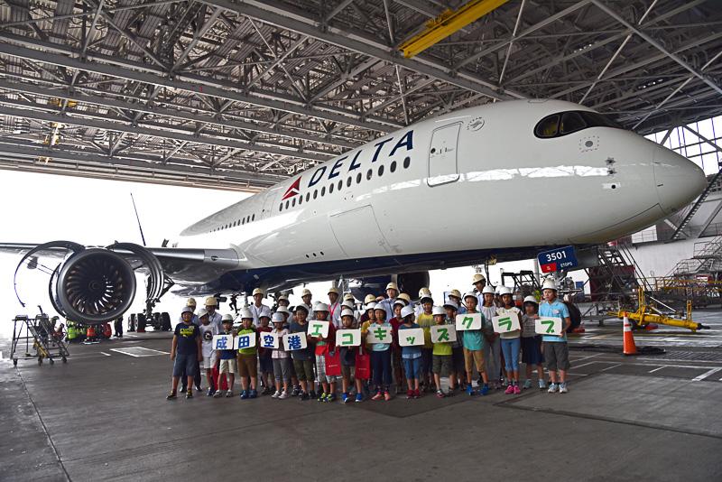2組に分かれエアバス A350-900型機とともに記念撮影
