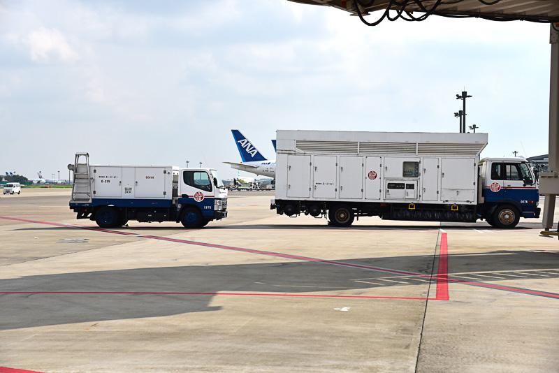 プログラムのために移動式の電源車とエアコン車の姿も。右がエアコン車、左が電源車