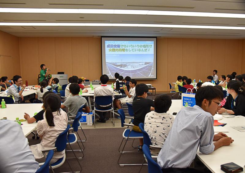 成田国際空港が採用する太陽光発電とその活用法を紹介。「第1ターミナル・展望デッキ」のソーラーパネルについても言及した