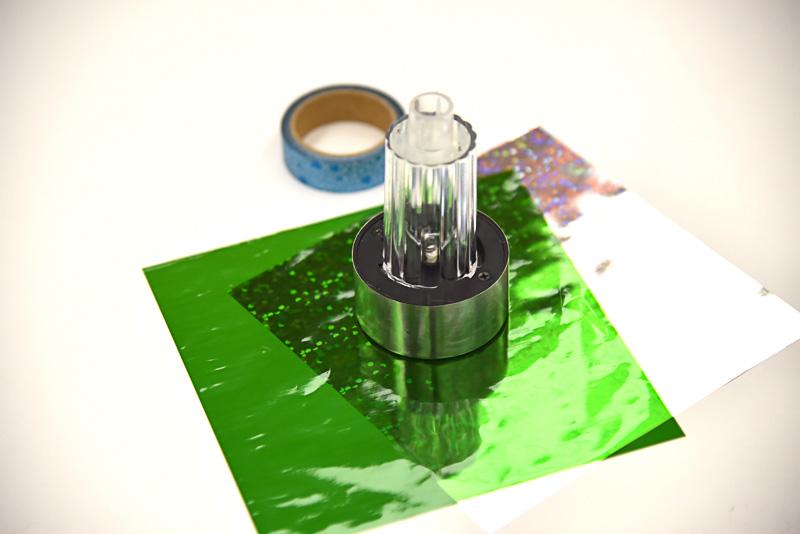 材料はソーラー発電パネル(ガーデン用)、ランチで飲んだお茶の空のペットボトル1本、トレーシングペーパー。マスキングテープなどは皆で使う。人数分の道具が揃っているかどうかもチェック
