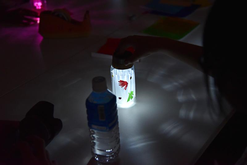 部屋が暗くなると自動でそれぞれのソーラーランタンが点灯を始めた