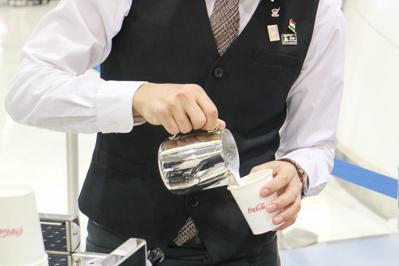 コーヒーにスチームドミルクを注ぎ