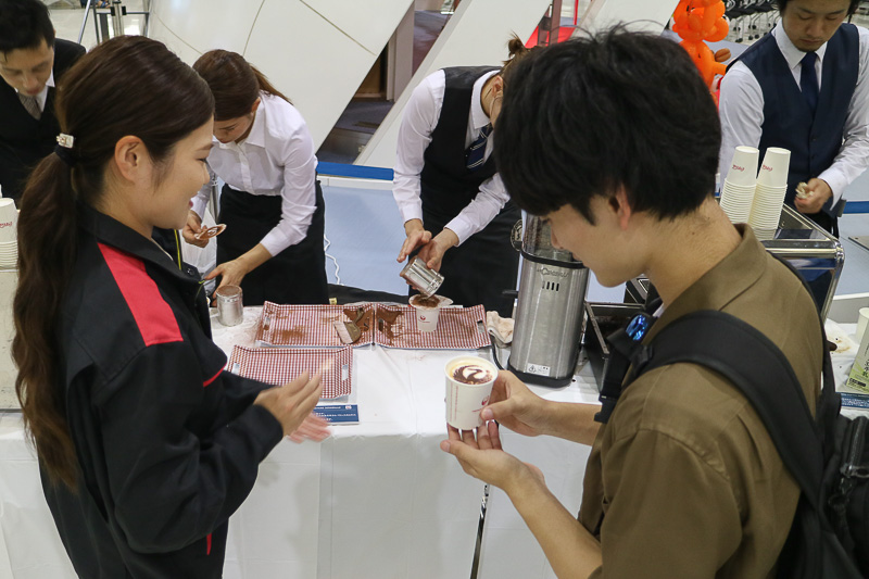 コーヒーの提供には長い列ができ、JALのロゴマーク入りに利用客も喜んでいた