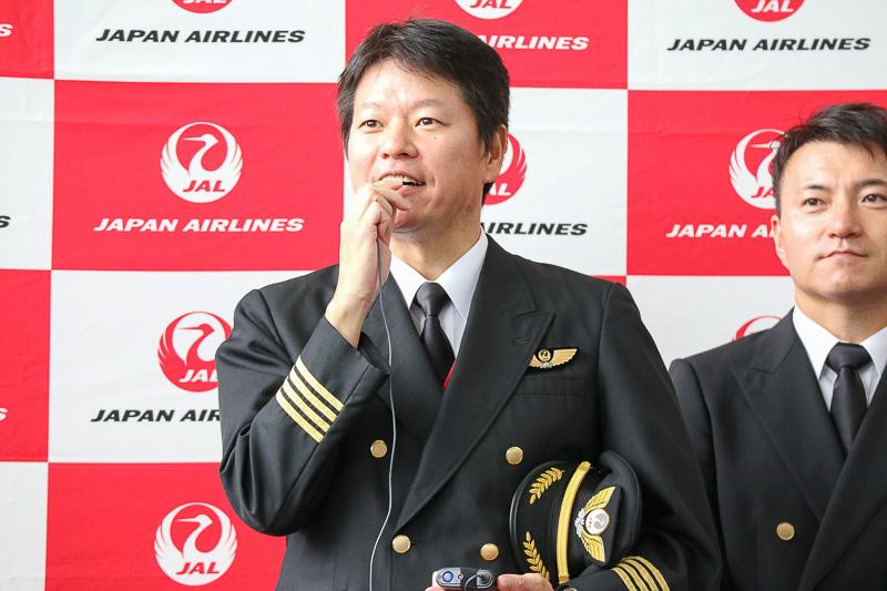 「就航に努力した仲間の思いを胸に」と語る、初便に乗務する植田機長