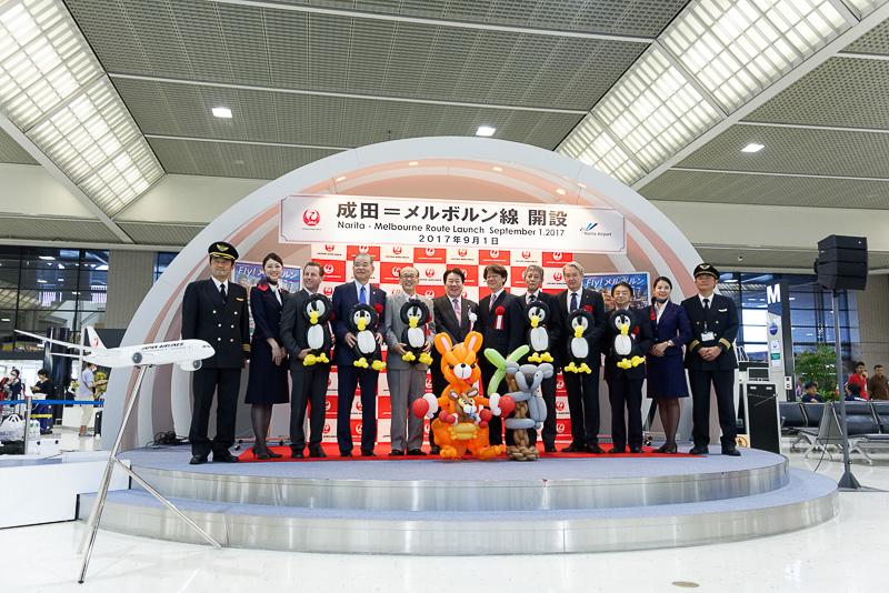成田空港第2旅客ターミナル3階の、チェックインカウンターが周囲に並ぶスカイリウムで就航記念セレモニーが行なわれた