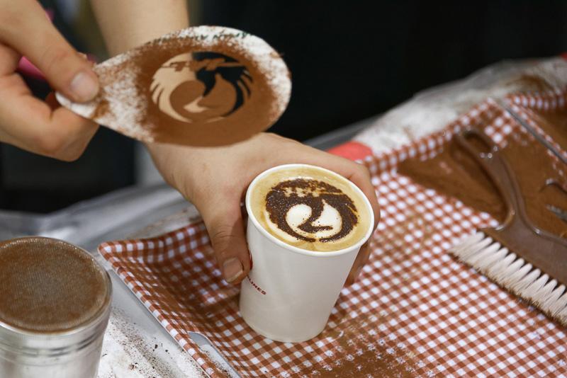カフェ文化が根付いているメルボルンということで、セレモニーと同時にJALロゴのラテアート付きカフェが振る舞われた