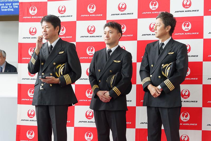 搭乗ゲートでも社長の植木義晴氏や初便の機長らが乗客に挨拶した