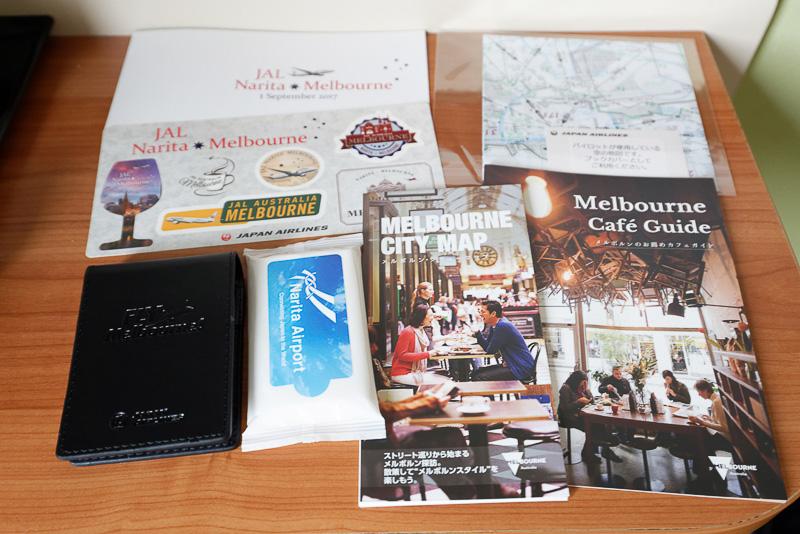 ちなみに搭乗口で受け取ったのは、記念品のメモパッドのほか、ウェットティッシュ、フライトマップのブックカバー、メルボルン観光に便利な地図とカフェガイド、ステッカーなど
