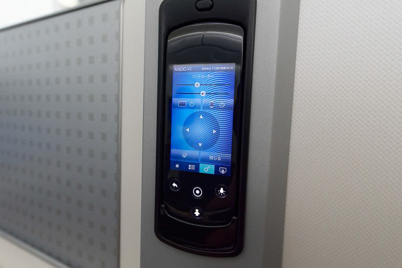 リモコン画面のタッチで操作。コンテンツ選択などもこの画面で直接行なえる