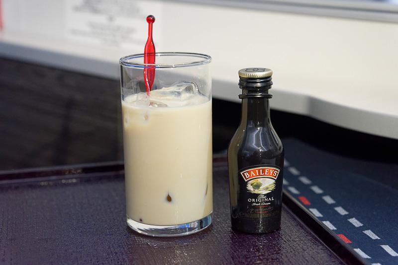 メニューに含まれるメルボルン線限定カクテル。コーヒーをベースにミルクを合わせたもの。カルーアミルクに近いが甘みは控えめで、アダルトなテイストだ