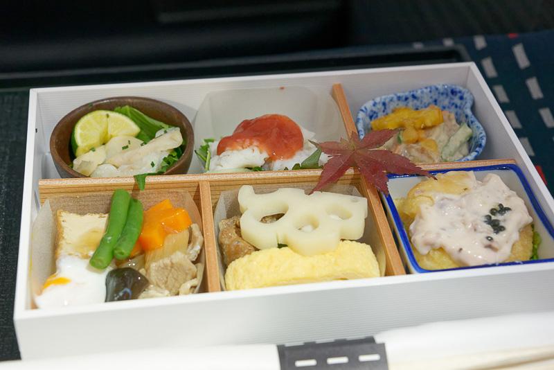 和食の前菜。花レンコン、鰻巻き、豚すき煮、柿なます、鱧霜降り、河豚昆布〆など