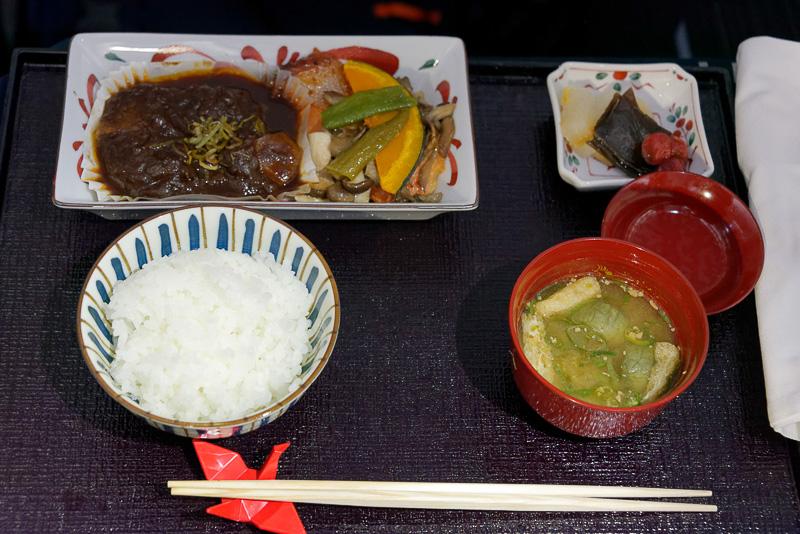 メインとなる台の物は「和風牛タンシチュー」と「鮭味噌漬け」。新潟奥阿賀産コシヒカリの炊きたてご飯と味噌汁も