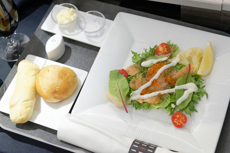 洋食の前菜。「サーモンのマリネ ヨーグルトのソース」。パンは「プチチャバタ」と「プチさつまいも」