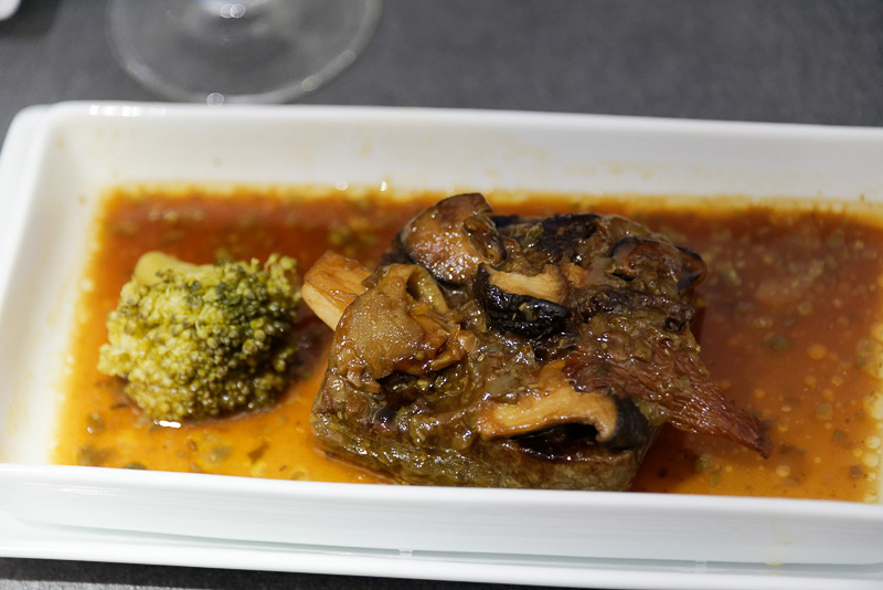 洋食のメインディッシュは2種から選べる。こちらは「和牛サーロインステーキ きのこの盛り合わせとラビゴットソース」