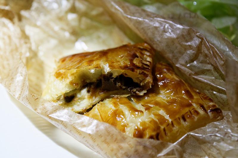 軽食メニューに就航記念として用意されていた「オリジナルミートパイ」。オーストラリア産牛フィレ肉使用