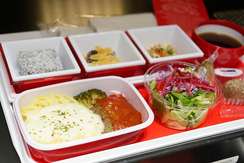 プレミアムエコノミーの食事。「ハンバーグ パプリカのケチャップ風ソース、フィットチーネ クリームソース」