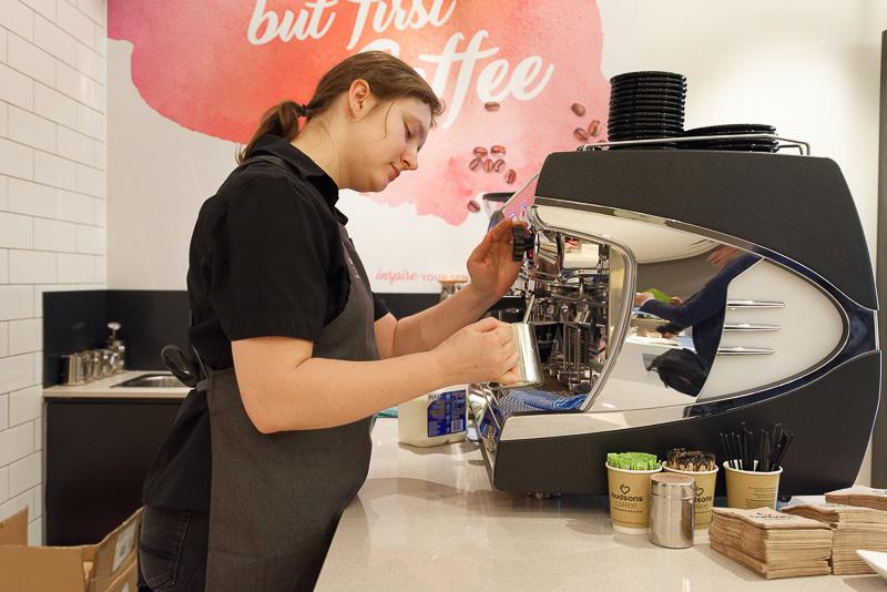 メルボルン発のカフェチェーン「Hudsons Coffee」が入っており、コーヒーを1杯ずつ手作りしてくれる
