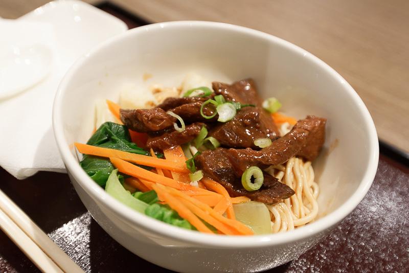 注文すると作ってくれる料理もある。「台湾牛肉麺」(左)と「香港風ワンタン麺」(右)