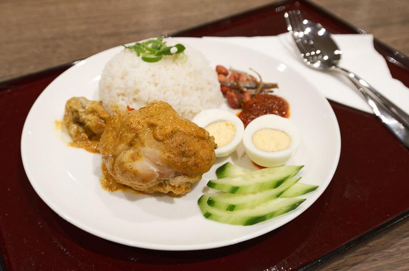 マレーシア人に人気という「ナシレマ」。ココナッツミルクと香辛料で煮込んだ骨付き鶏肉に、ココナッツライス。カレーに近い風味で、スパイシーな味わいが食欲をそそる