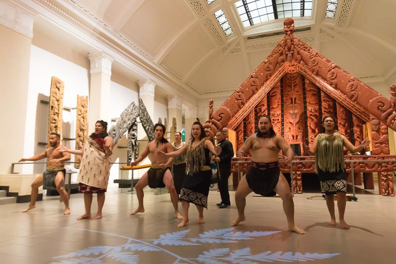 オークランド博物館では先住民がニュージーランドへ入植した時代からの歴史を学べるほか、毎日ハカのショーも実施している