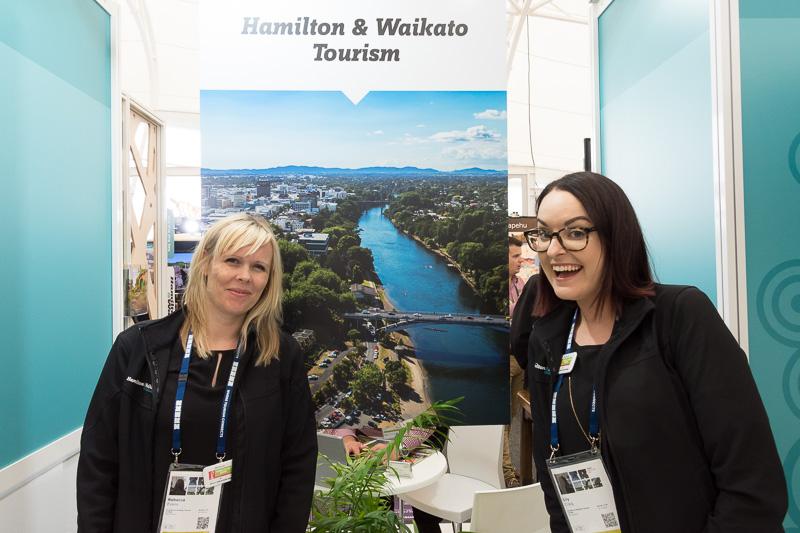 Hamilton & Waikato TourismのRebecca Evans氏(左)とLily Craig氏(右)