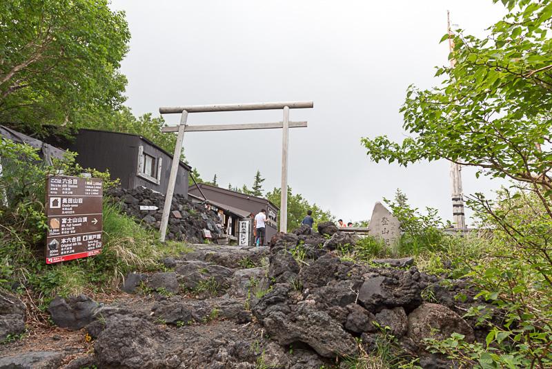 六合目にある山小屋「長田山荘」から見た景色。植生豊かな緑であふれている