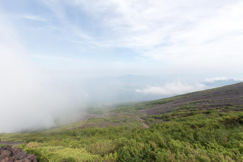 雲がかかるなか、岩肌と植物が織りなすコントラストが面白い